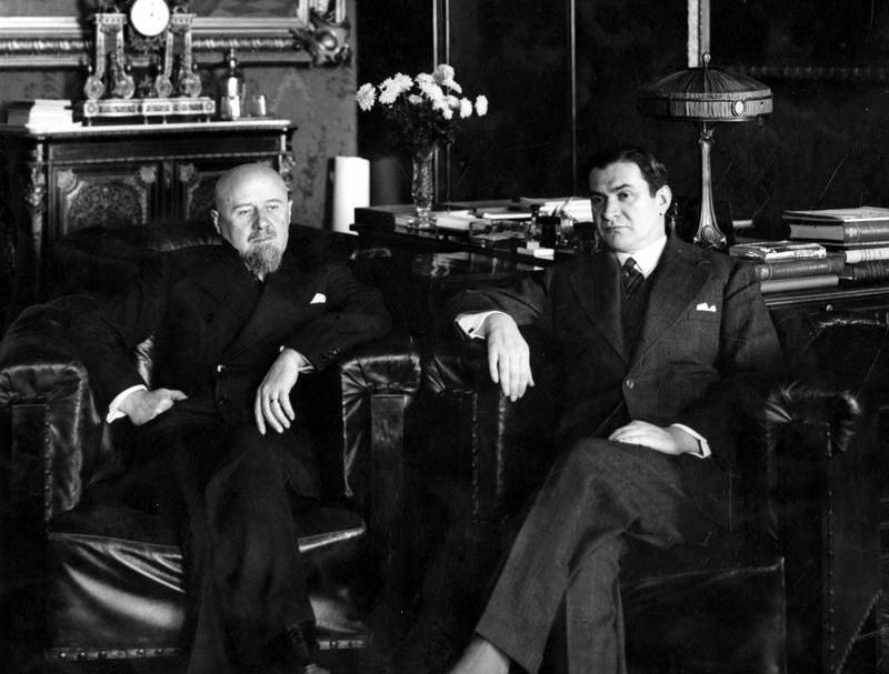 Bronisław Pieracki (po prawej) na spotkaniu z premierem Aleksandrem Prystorem