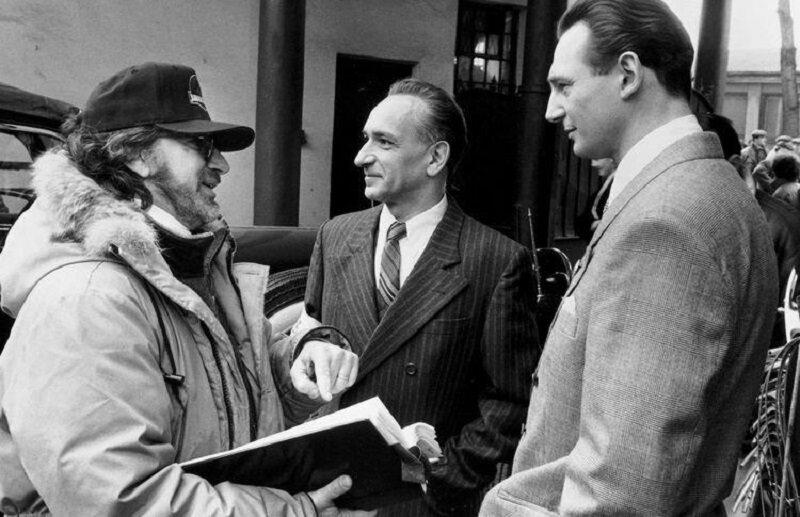"Steven Spielberg, Ben Kinglesy i Liam Neeson na planie filmu ""Lista Schindlera"""