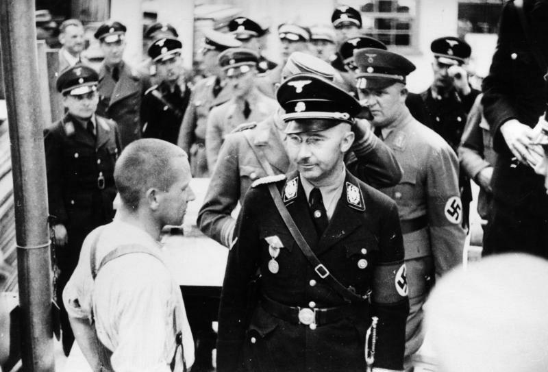 Rok 1936. Szef SS Heinrich Himmler wizytuje obóz koncentracyjny w Dachau