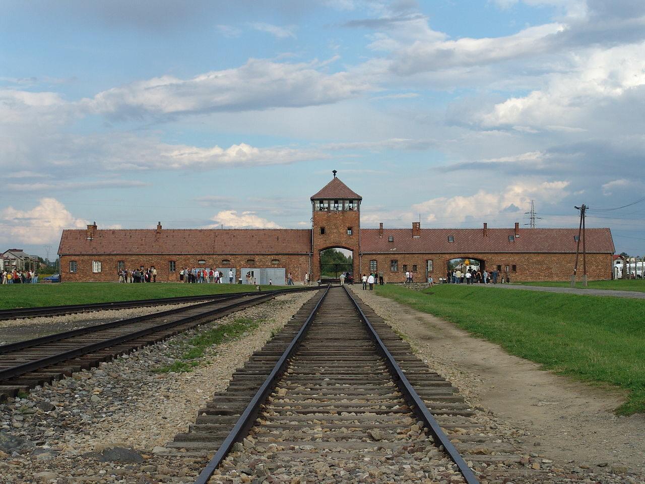 Wartownia i brama główna Auschwitz II (Birkenau)