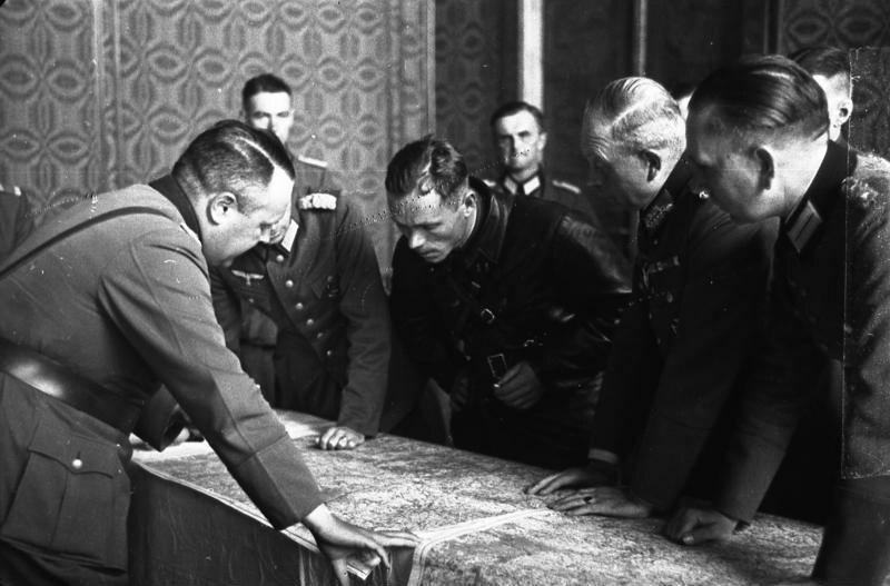 Rozmowy oficerów Wehrmachtu i Armii Czerwonej o wytyczeniu bieżącej linii rozgraniczenia wojsk na zaatakowanym terytorium Polski. Brześć, wrzesień 1939. Na pierwszym planie gen. Heinz Guderian (z lewej)