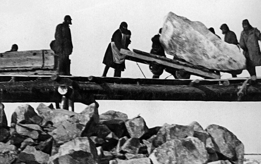 Więźniowie łagrów budują Kanał Białomorski-Bałtycki. Kobiety były w sowieckich obozach zmuszane do katorżniczej pracy.
