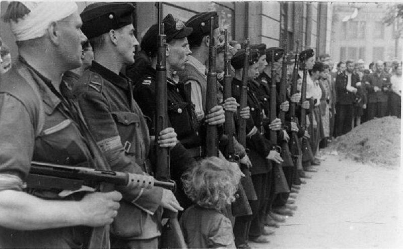Powstańcy podczas pogrzebu na ulicy Zgoda 5. Wrzesień 1944 r. Źródło: Jan Grużewski; Stanisław Kopf (1957) Dni Powstania, Kronika Fotograficzna Walczącej Warszawy